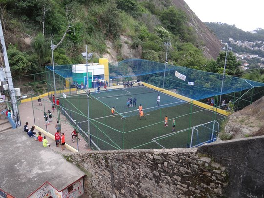 12. Teren de fotbal in favela