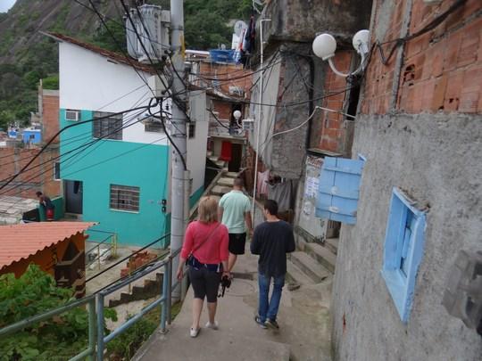 14. La pas prin favela