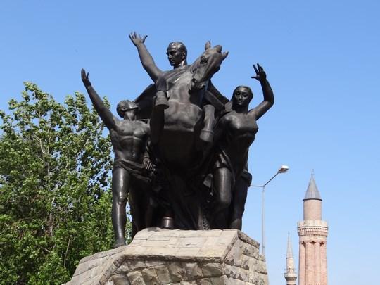 28. Statuie Ataturk