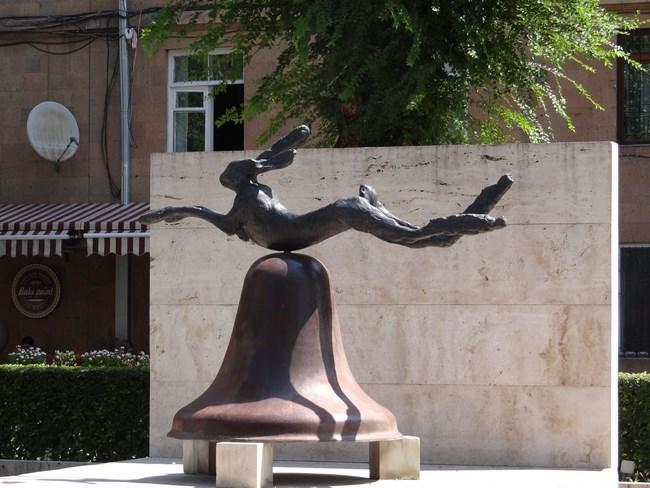 12. Statuie iepure
