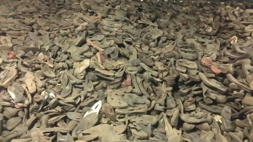12. Papuci Auschwitz
