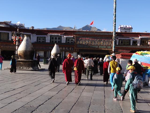 10. In fata la Jokhang