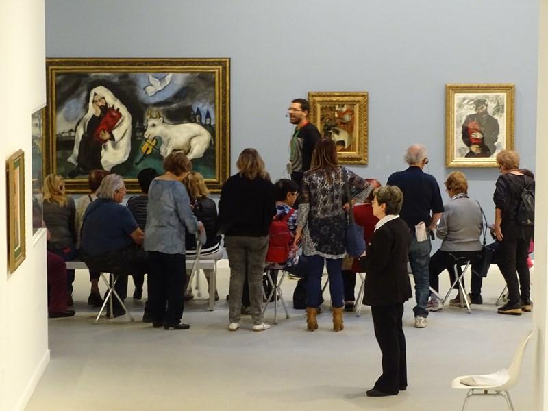 12-vizitatori-la-muzeul-de-arta