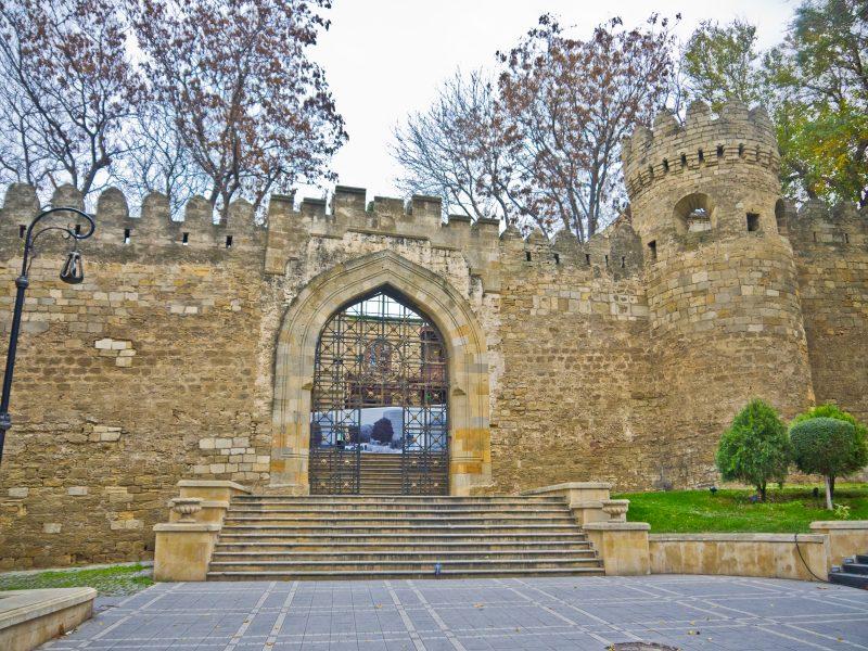 14. Zidurile Orasului Vechi si una dintre porti