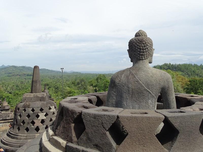 23. Buda in stupa