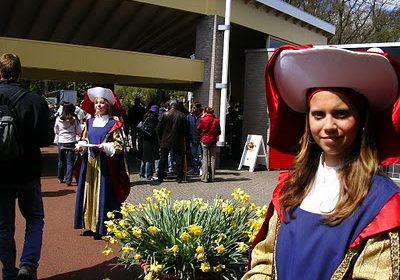 2. Olandeze Imbracate Traditional