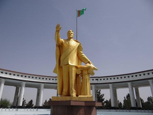 01. Statuia lui Turkmenbasi