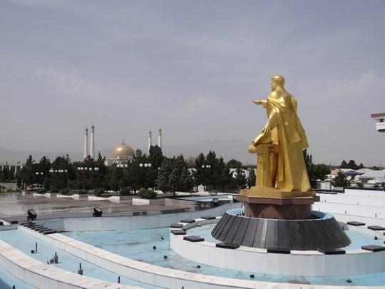 02. Statuia dictatorului din Turkmenistan