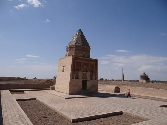 17. Mausoleu inclinat