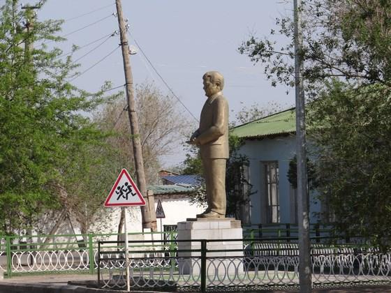27, Statuia lui Niiazov