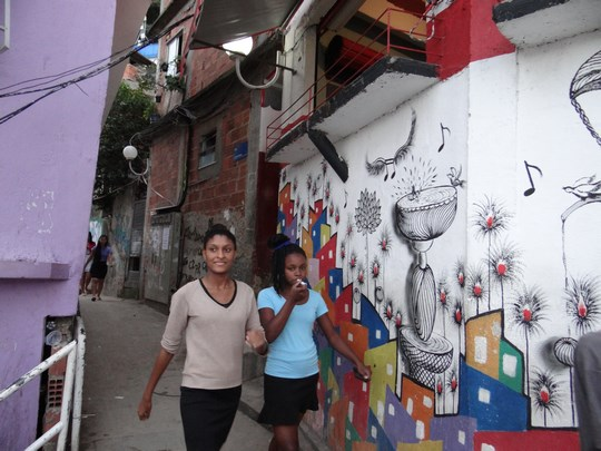 23. Fete din favela