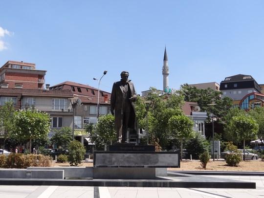 01. Statuia lui Rugova din Pristina
