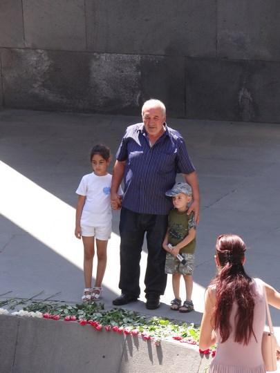 03. Bunic cu nepotii lui la Mausoleul Genocidului