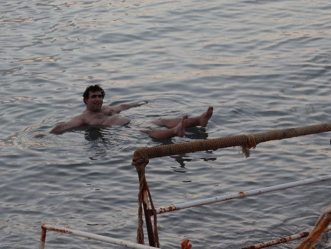 20. Plutind pe Marea Moarta