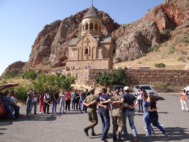 25. Dans armenesc