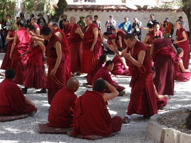 15. Calugari budisti