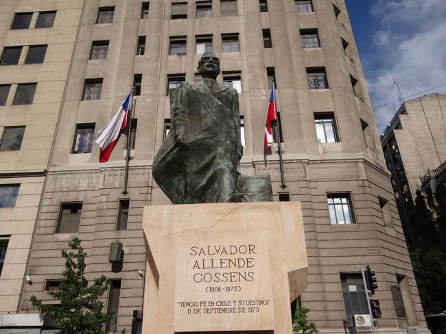 13. Statuia lui Salvador Allende