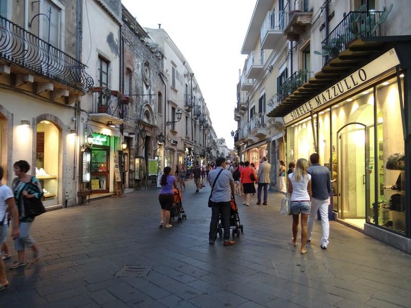 33. Strada centrala in Taormina