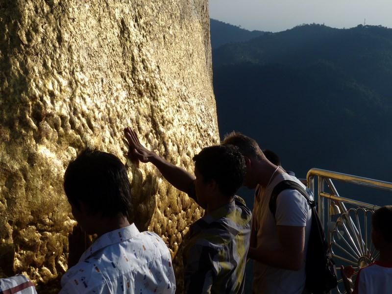 12-birmanezi-la-rugaciune