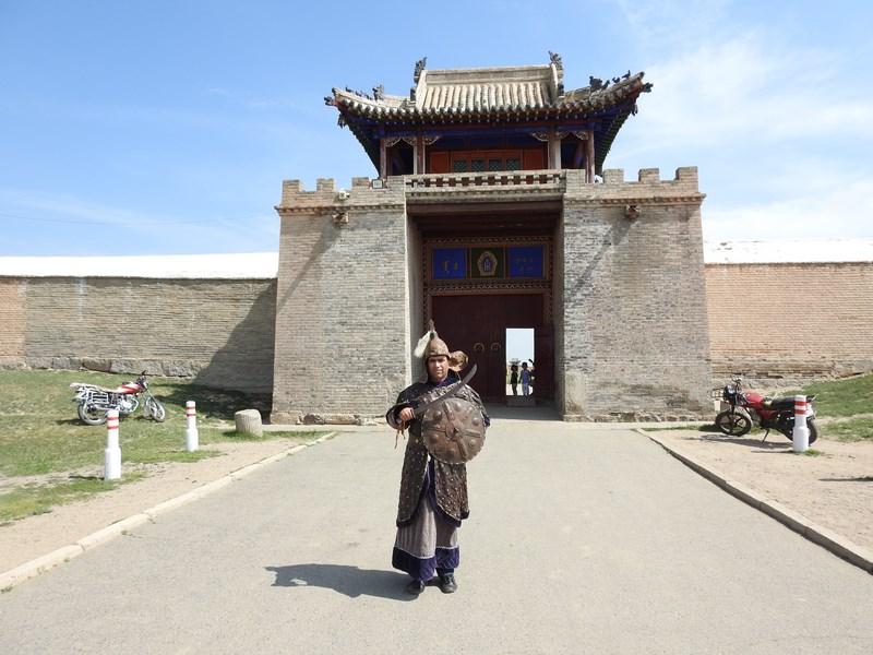 23-imbracat-in-costum-mongol