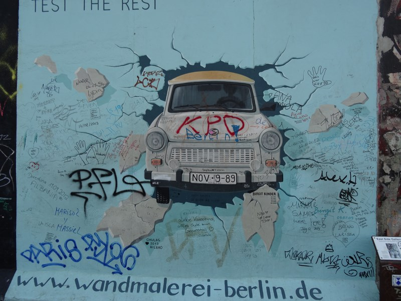 10. Trabant la Zidul Berlinului