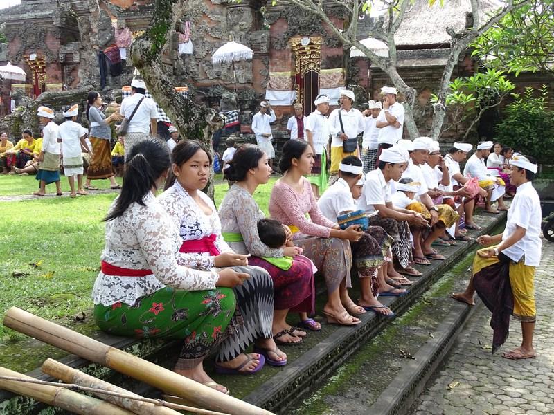 19. Balinezi in haine bune