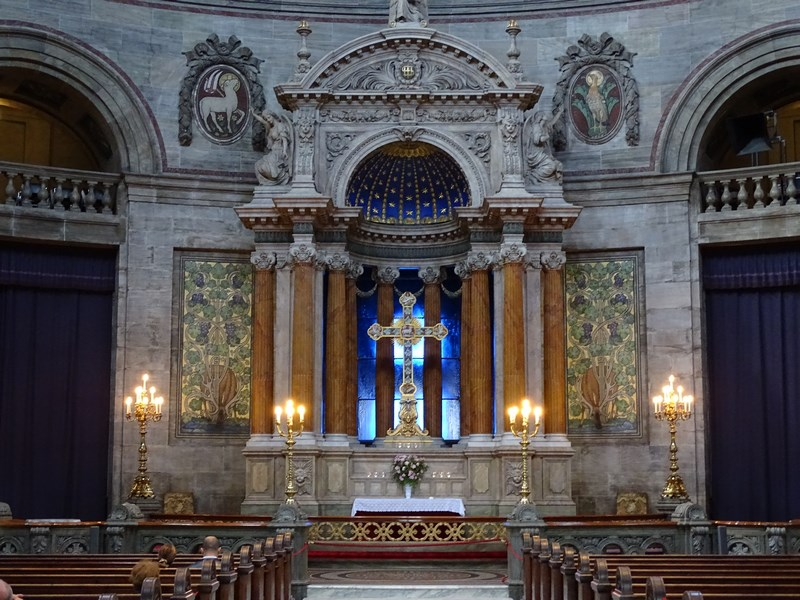 19. Interior biserica marmura
