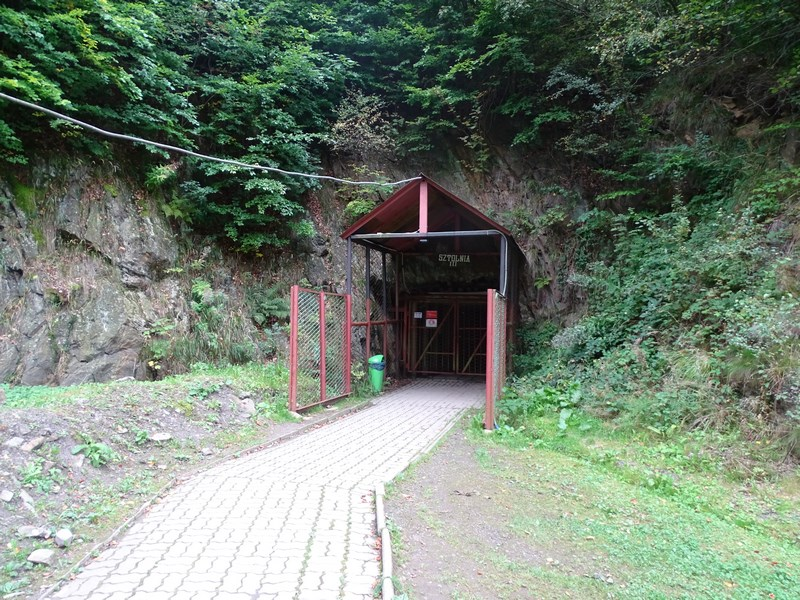 . Intrare In Tunelurile Riese