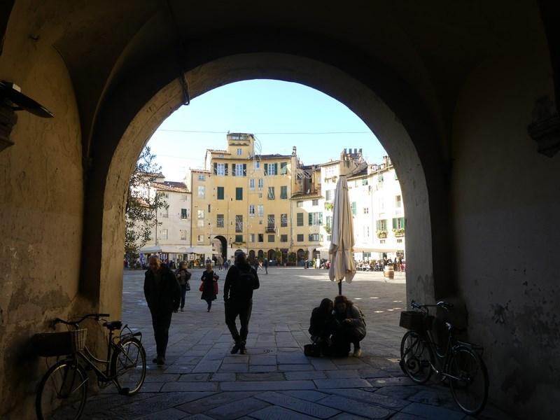 Piata Amfiteatrului Lucca