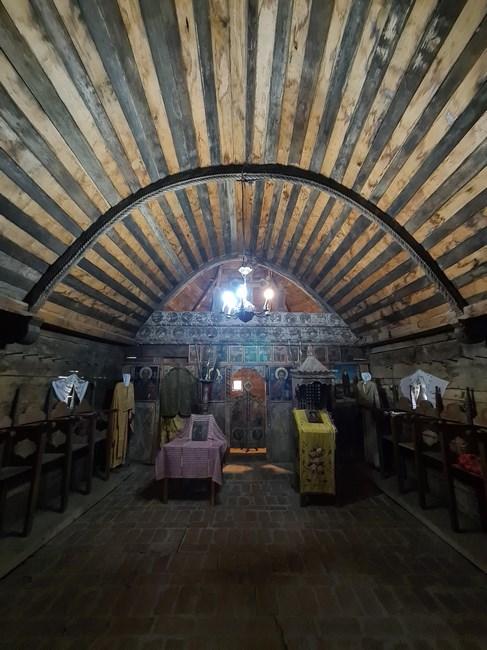 Interior biserica de lemn