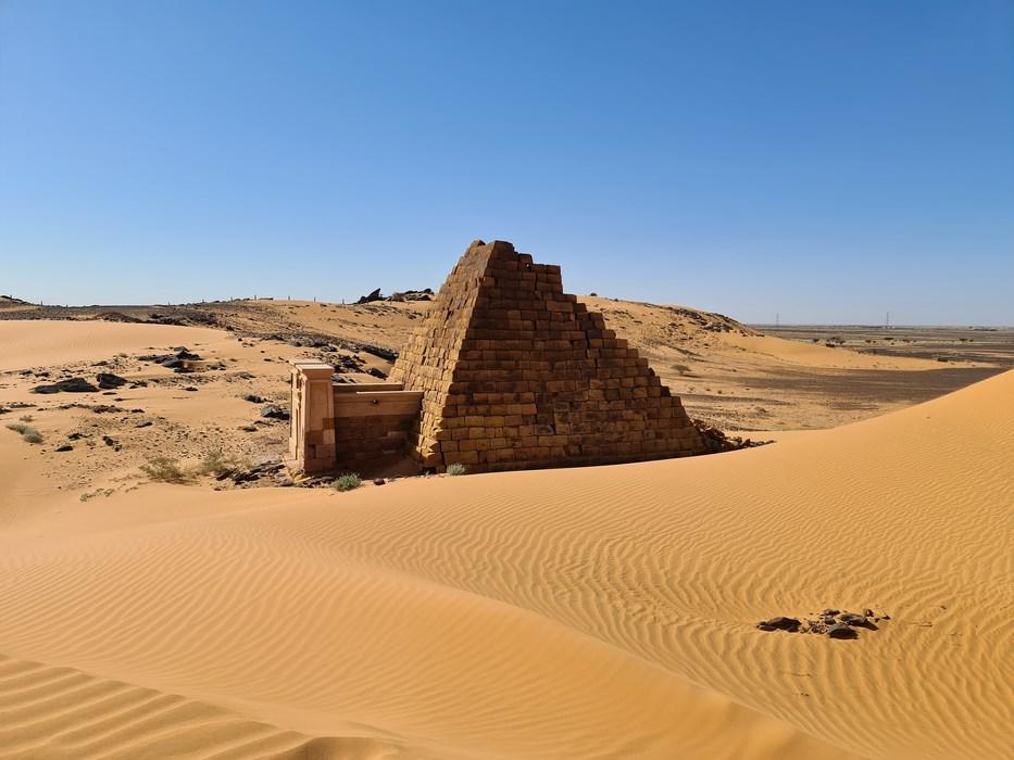 Piramide in nisip