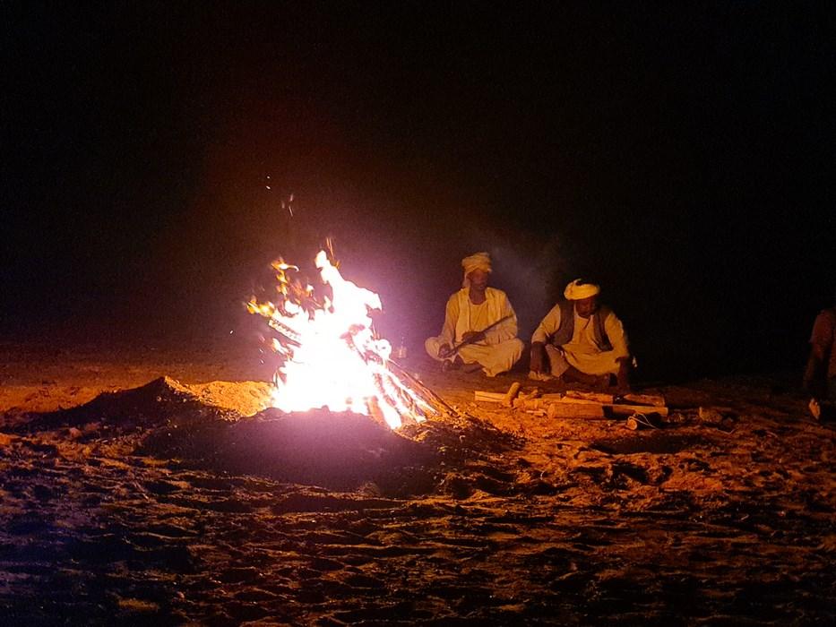Foc de tabara in desert