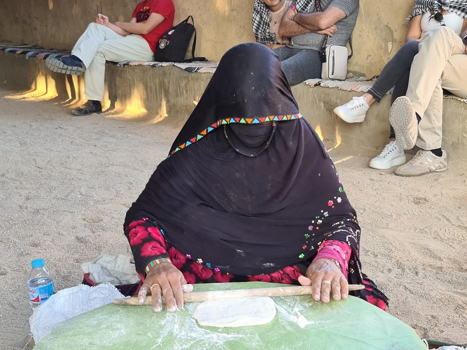 Femeie beduin facand paine