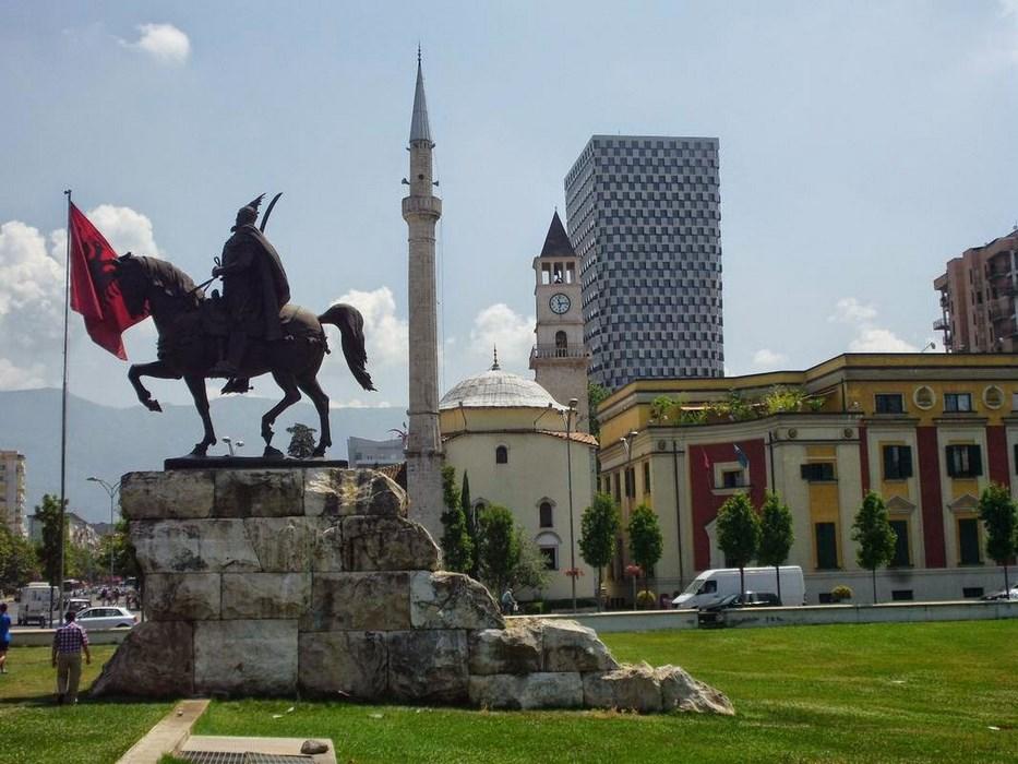 Tirana Skanderbeg si Moscheea Ethem Bej