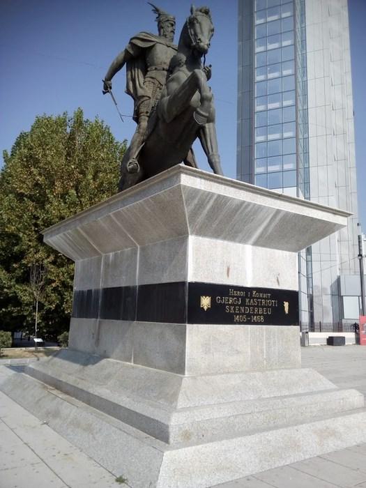 Statuie Skendenbeg