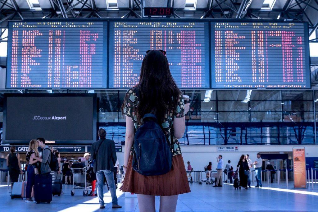 Fata in aeroport